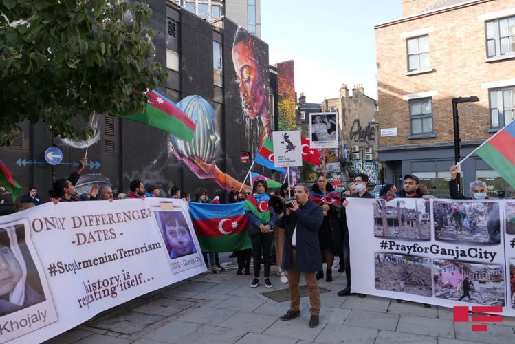 Azerbaijanis living in Britain hold protest rally in front of Amnesty International building - <span class=