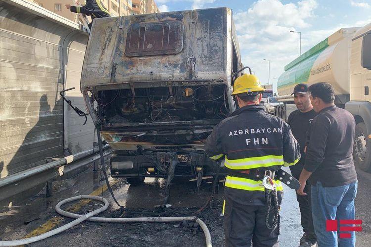 В Баку сгорел эвакуатор, образовался дорожный затор  - ФОТО