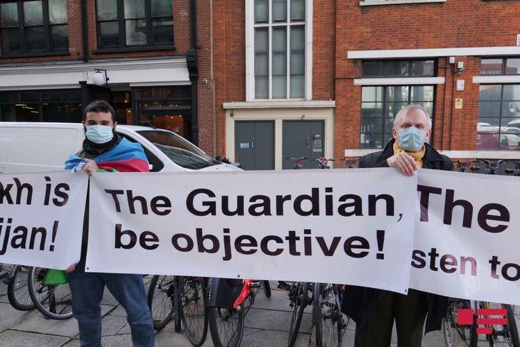Азербайджанцы провели акцию перед зданием издания «Guardian» – ВИДЕО