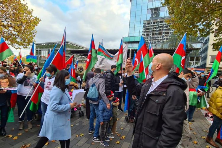 Bielefelddə Gəncə terroruna qarşı etiraz yürüşü keçirilib