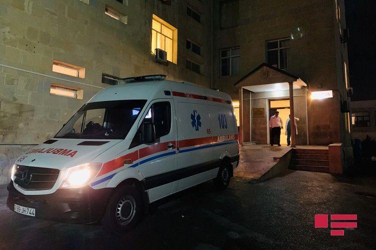 В Баку троих мужчин избили трубой, еще одного ранили ножом в массовой драке