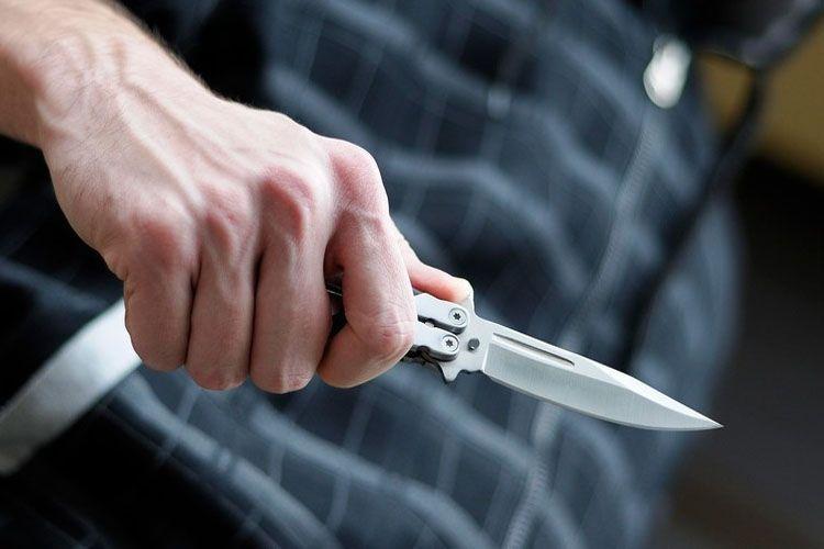 В Баку мужчина ранил ножом бывшую жену и двух детей