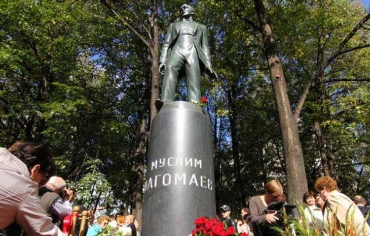 Посольство: Установлены лица, осквернившие памятник Муслиму Магомаеву в Москве