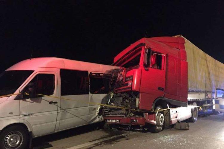 Gürcüstanda mikroavtobus qəzaya uğrayıb, 5 nəfər ölüb