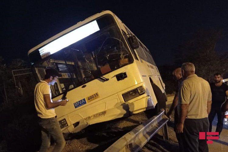 Bakıda sərnişin avtobusu qəzaya uğrayıb - <span class='red_color'>FOTO</span>