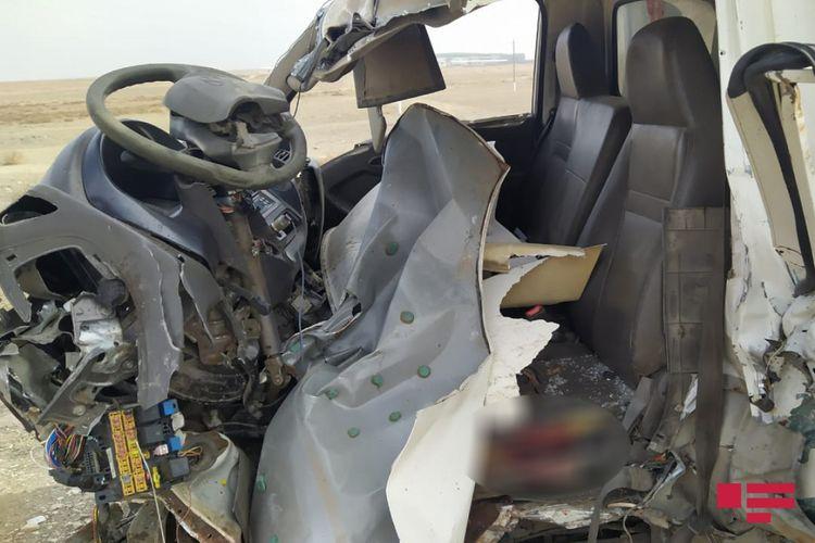Siyəzəndə yük maşını aşıb, sürücü ölüb