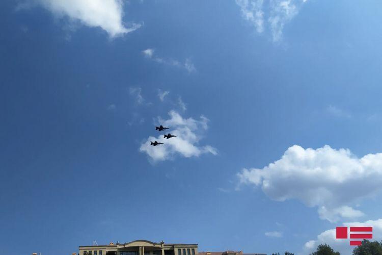 Над Гянджой проводятся показательные полеты военных самолетов Азербайджана и Турции – <span class=