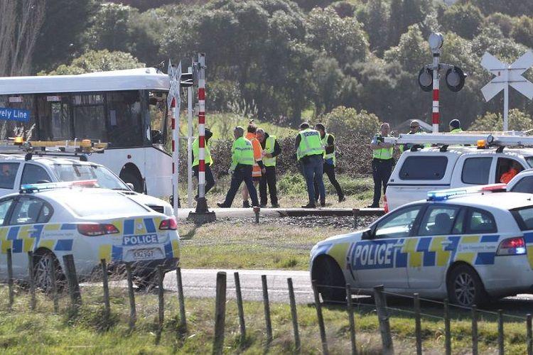 Yeni Zelandiyada məktəb avtobusu qatarla toqquşub