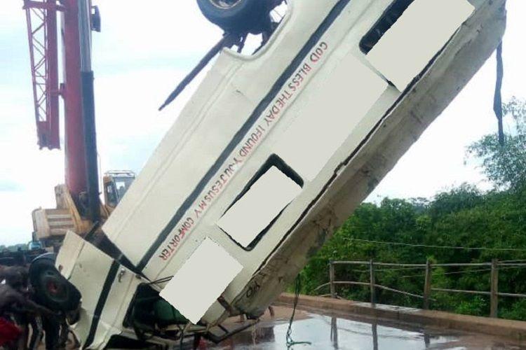 В Нигерии 15 человек погибли при падении автобуса в реку