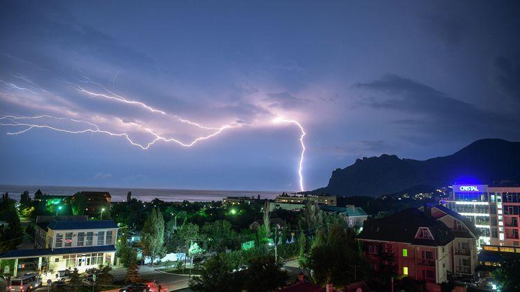 В Швейцарии 14 подростков пострадали из-за удара молнии в футбольное поле