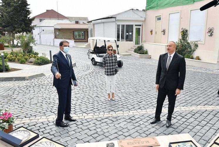 Президент Ильхам Алиев и первая леди Мехрибан Алиева ознакомились с работами по благоустройству в поселке Балаханы - ОБНОВЛЕНО