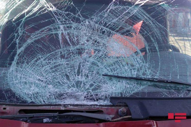 В Агстафе легковой автомобиль столкнулся с грузовиком, есть пострадавший