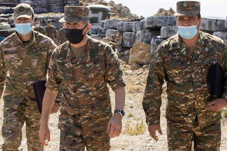 Начальник Генштаба ВС Армении прибегает к этому варианту для устранения упадка духа среди солдат - <span class=