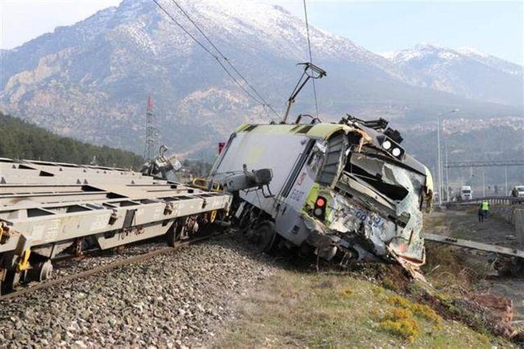 Два грузовых поезда столкнулись в Турции, пострадали два человека