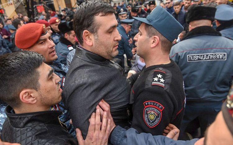 İrəvanda etirazçılarla polis arasında qarşıdurma olub, 14 nəfər saxlanılıb - <span class=