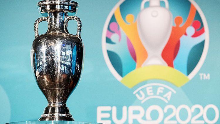 Кубок Евро-2020 упал на землю в Бухаресте - <span class=