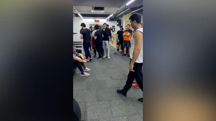 В Баку обнаружили действующий в нарушение правил карантинного режима спортзал, задержано 56 человек