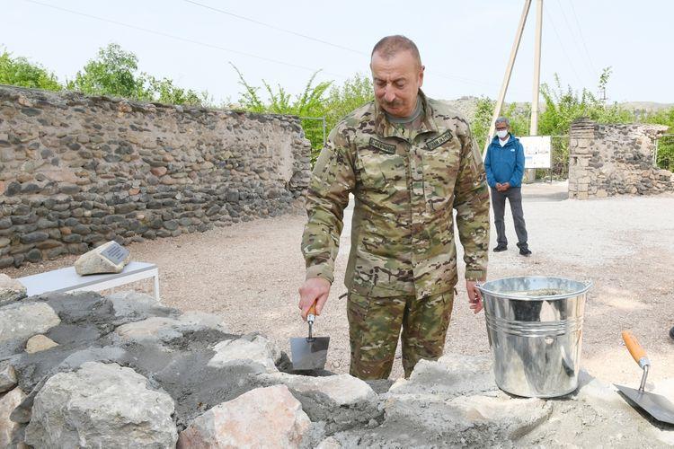 Prezident İlham Əliyev Zəngilan məscidinin divarına daş hörüb