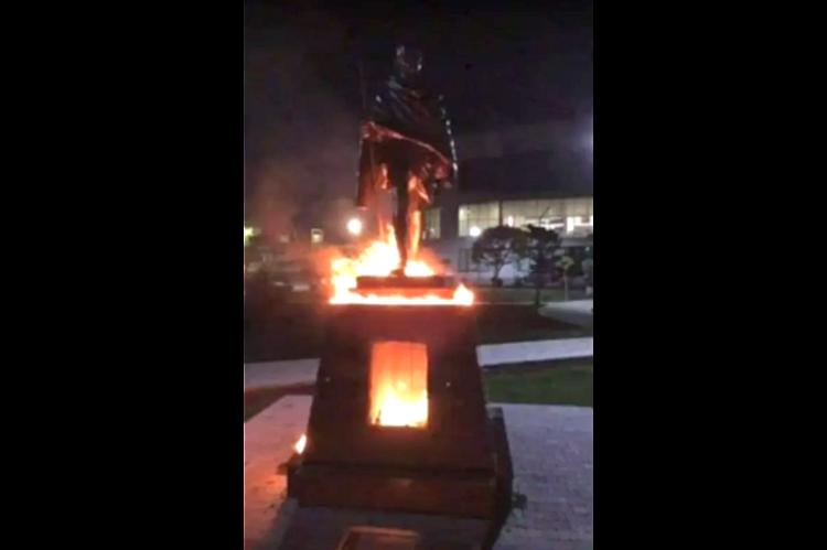Mahatma Qandinin İrəvandakı heykəli təhqir olunub, ermənilər heykəlin götürülməsini  tələb edirlər
