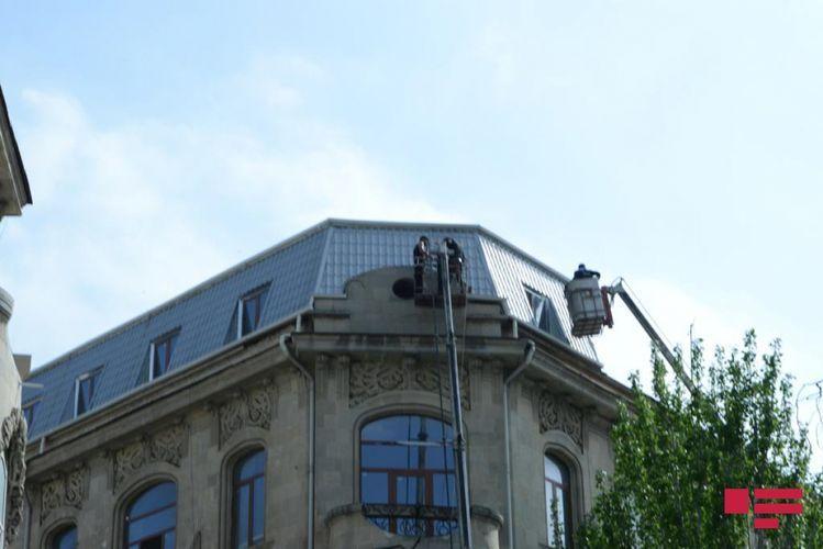 Сносится незаконно построенный чердак на крыше исторического здания в Баку - <span class=