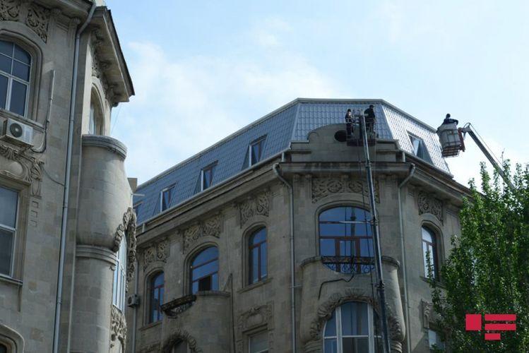 Сносится незаконно построенный чердак на крыше исторического здания в Баку - <span class='red_color'>ФОТО</span>