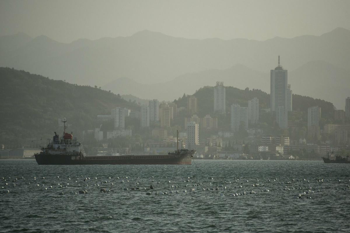 Захваченное в Оманском заливе судно направилось в сторону Ирана