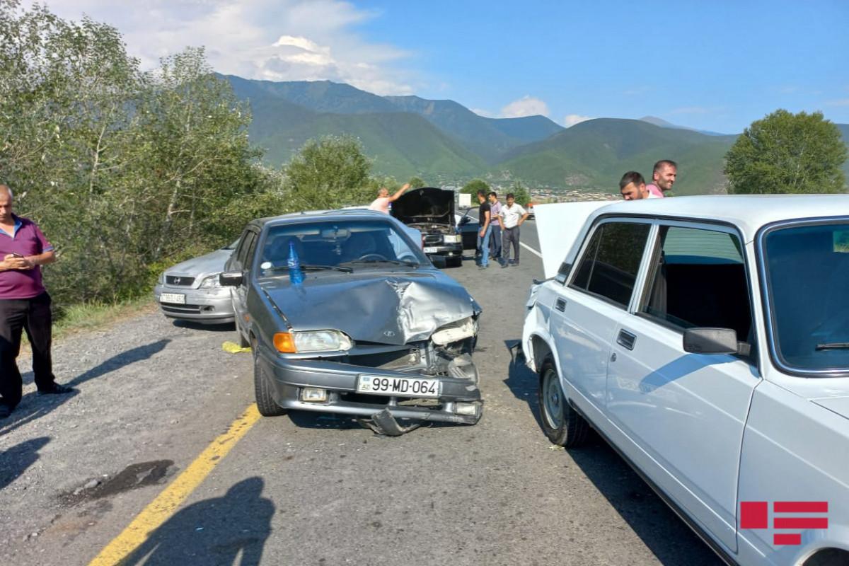 """Şəki-Qax yolunda 4 avtomobil toqquşub - <span class=""""red_color"""">FOTO"""