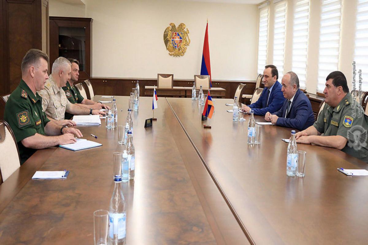 Ermənistanın müdafiə naziri Rüstəm Muradovla görüşüb