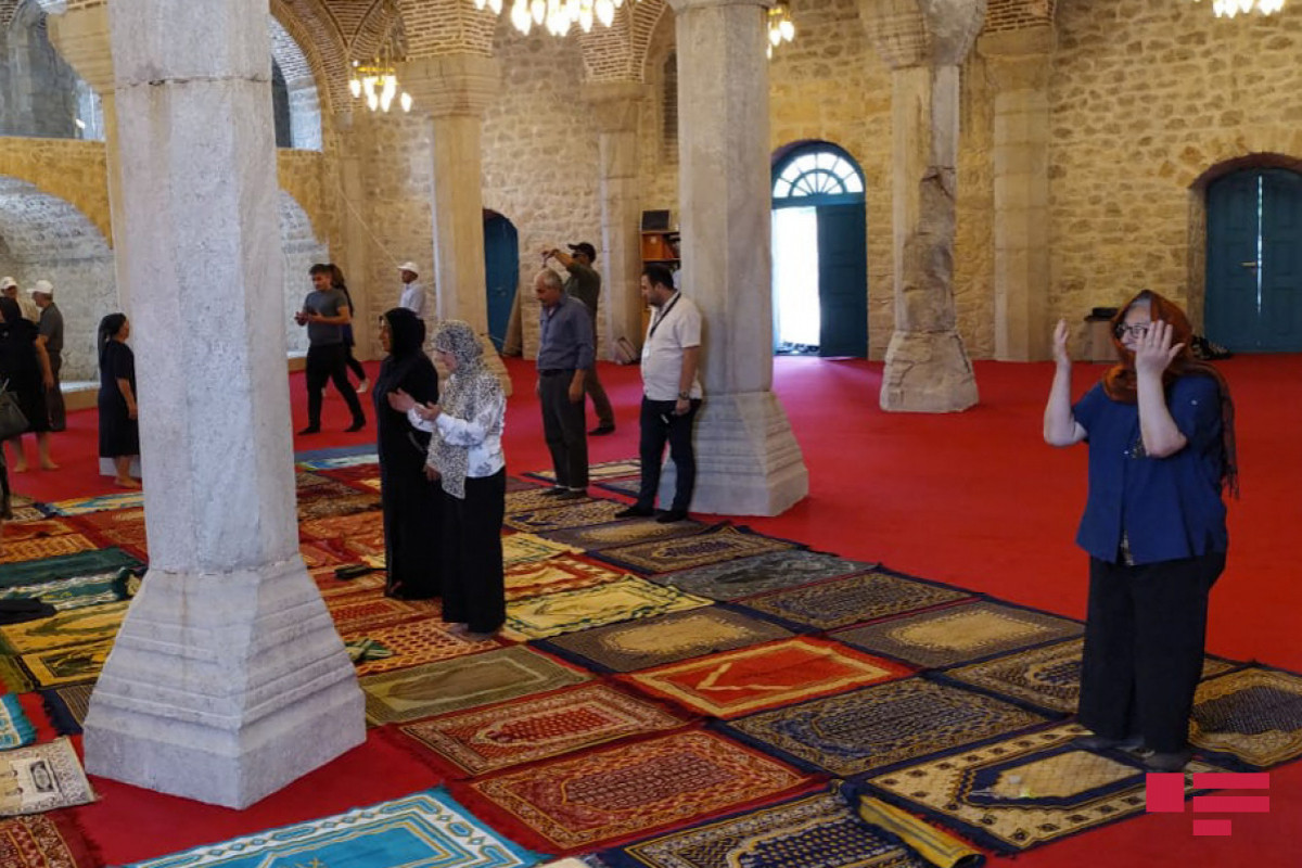 Уроженцы Шуши  в мечетях Юхары и Ашагы Говхар Ага
