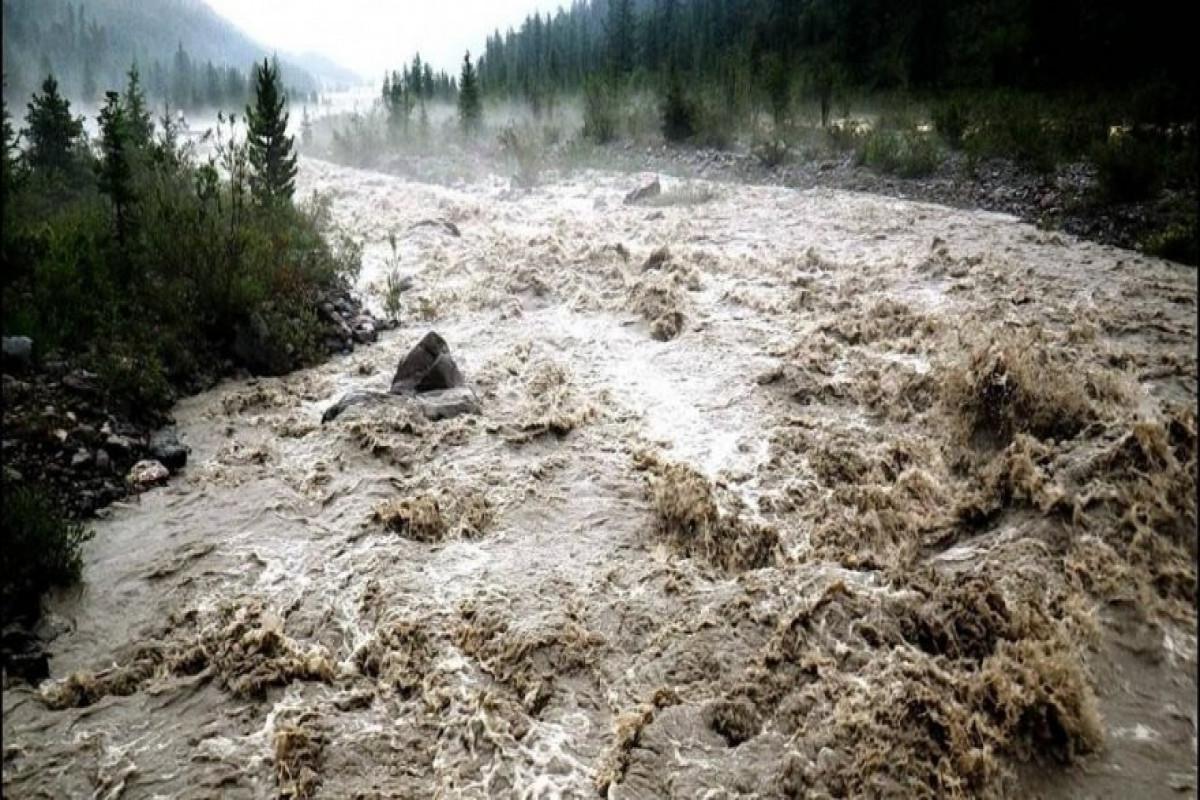 В Дагестане селевой поток унес автомобиль с пассажирами в реку