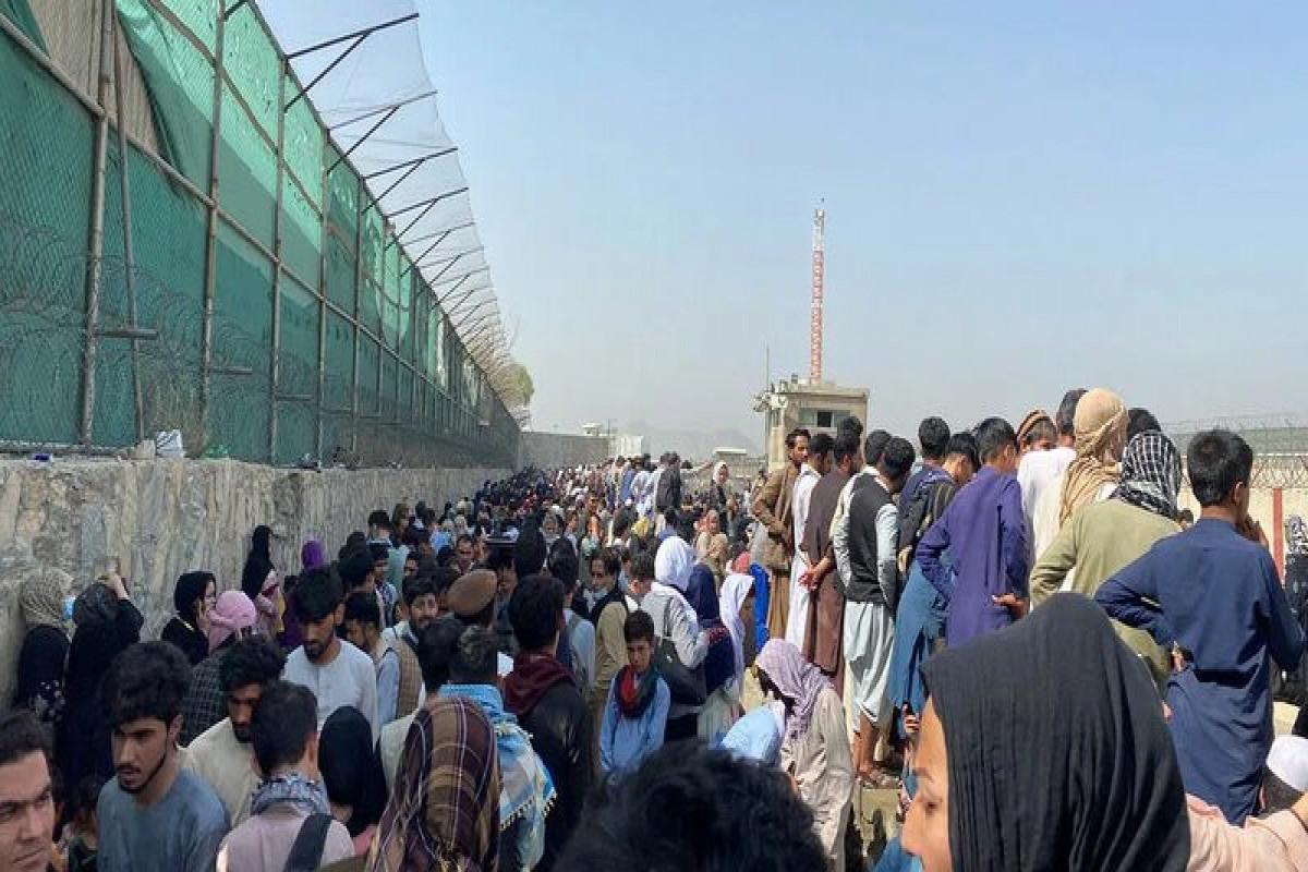 Около 1,5 тыс. человек собрались у аэропорта Кабула в надежде на эвакуацию в США