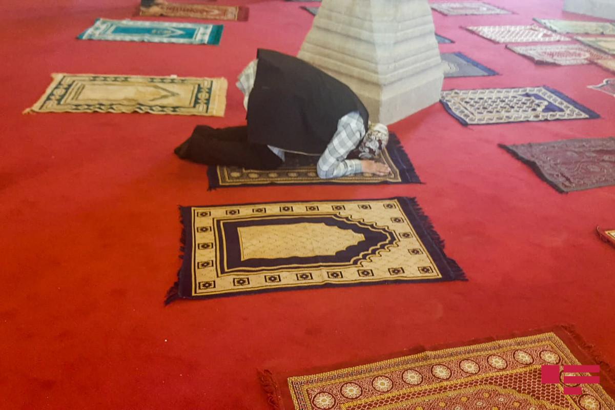 A group of Shusha residents perform salah in Yukhari Govhar Agha Mosque, sound prayers-PHOTO