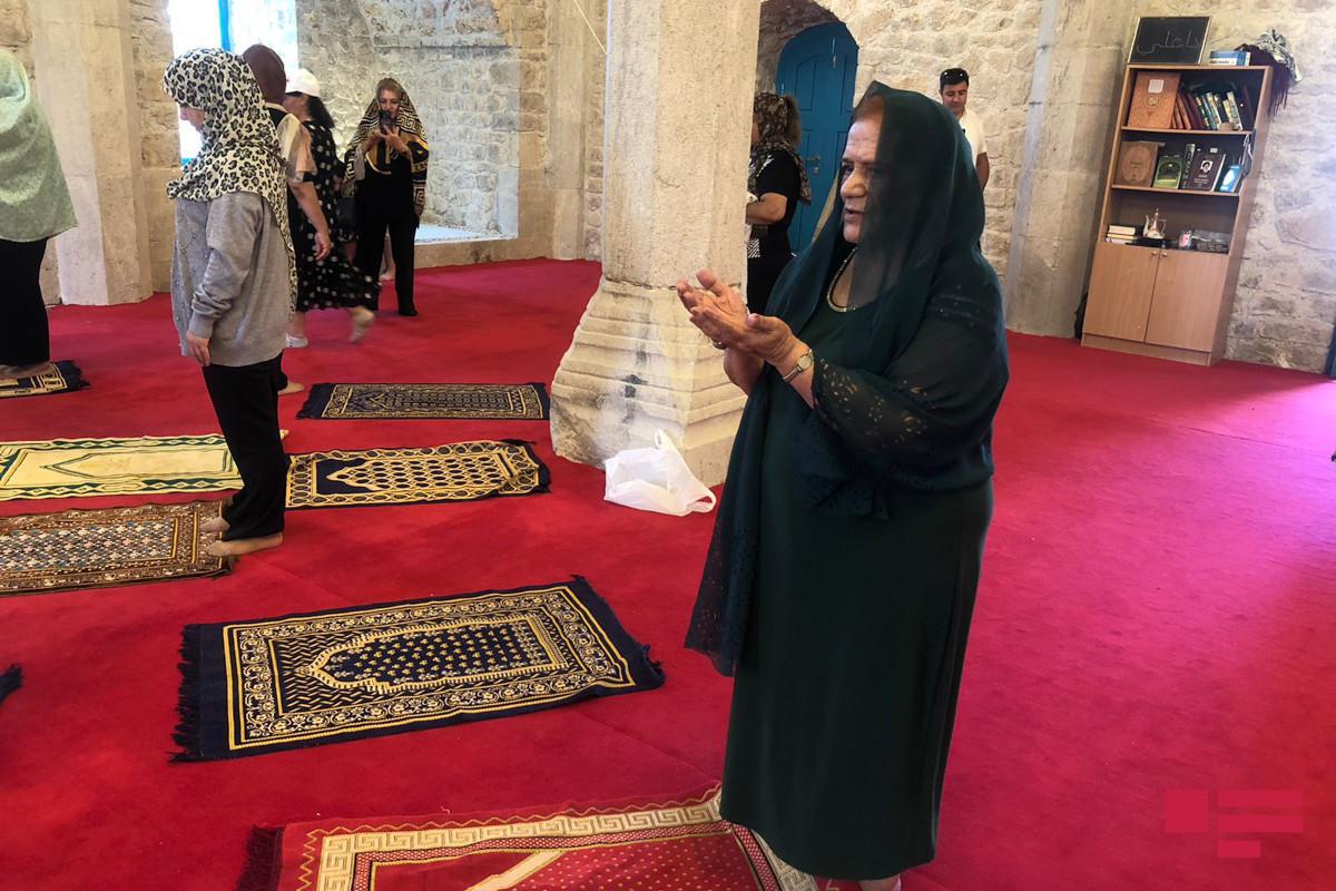 Группа жителей Шуши совершила намаз в мечети Юхары Говхар Ага