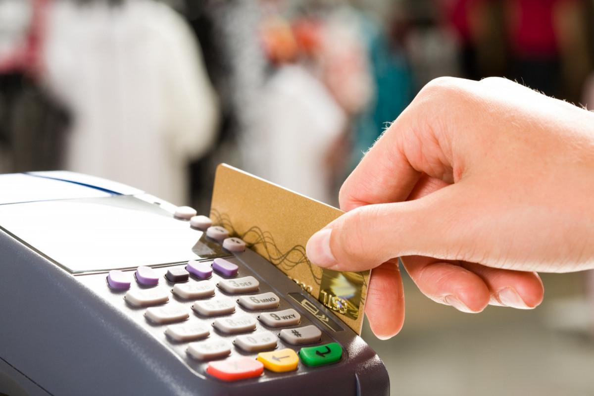 На 43,4% уменьшился объем операций, совершенных иностранцами посредством банковских карт в Азербайджане