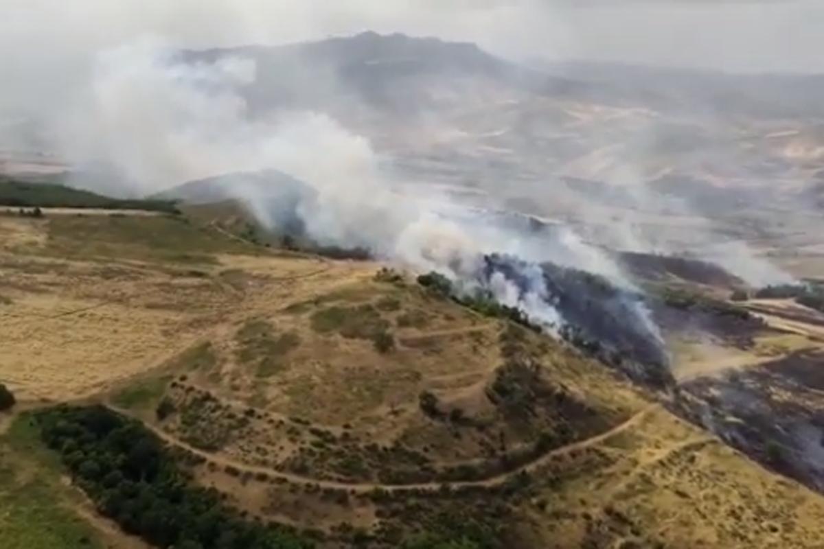 FHN: Füzulidə düşmən tərəfindən minalanmış ərazidə yanğının söndürülməsinə helikopter cəlb olunub - VİDEO