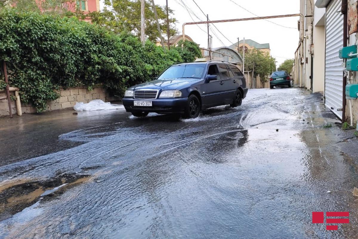 Badamdarda su xətti partlayıb, həyətləri və marketi su basıb - FOTO  - VİDEO