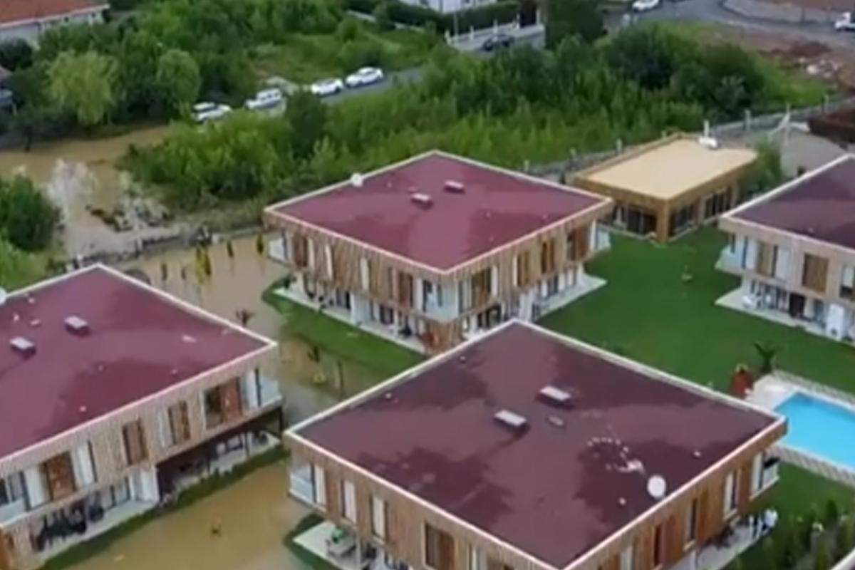 İstanbulda sel nəticəsində evlər su altında qalıb