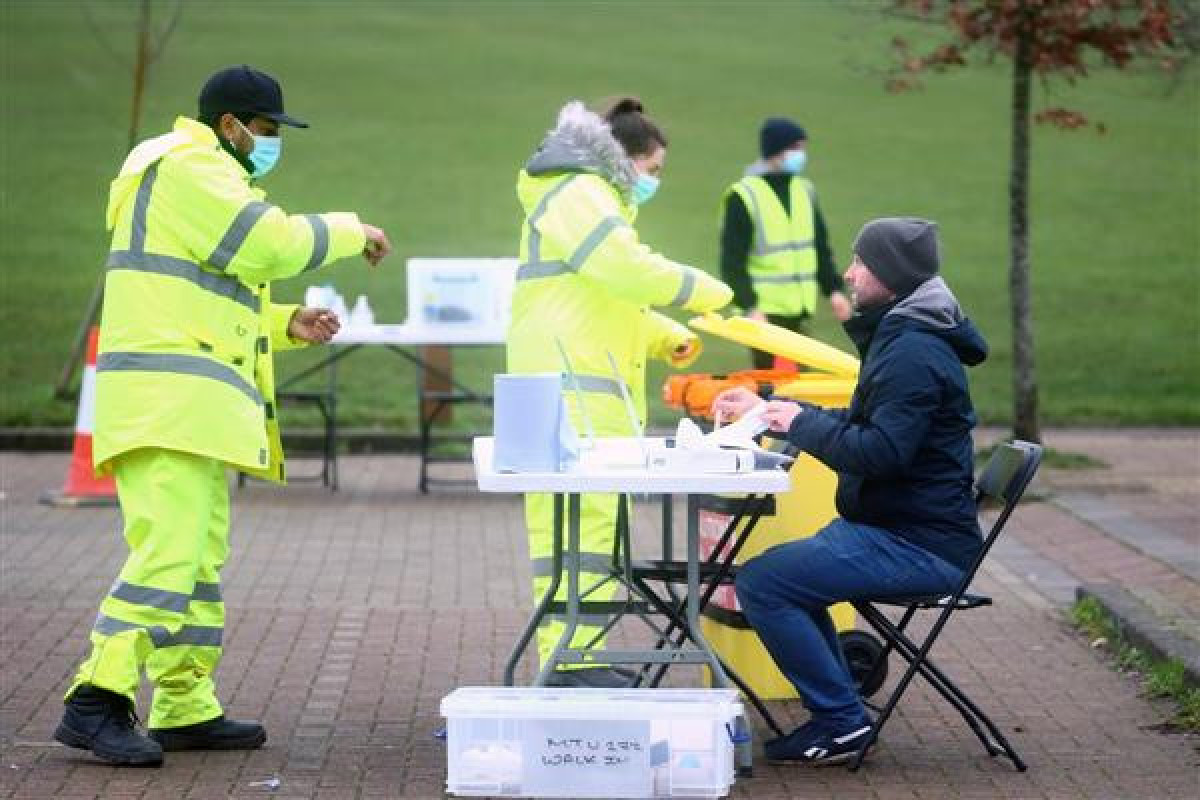 UK reports another 24,885 coronavirus cases