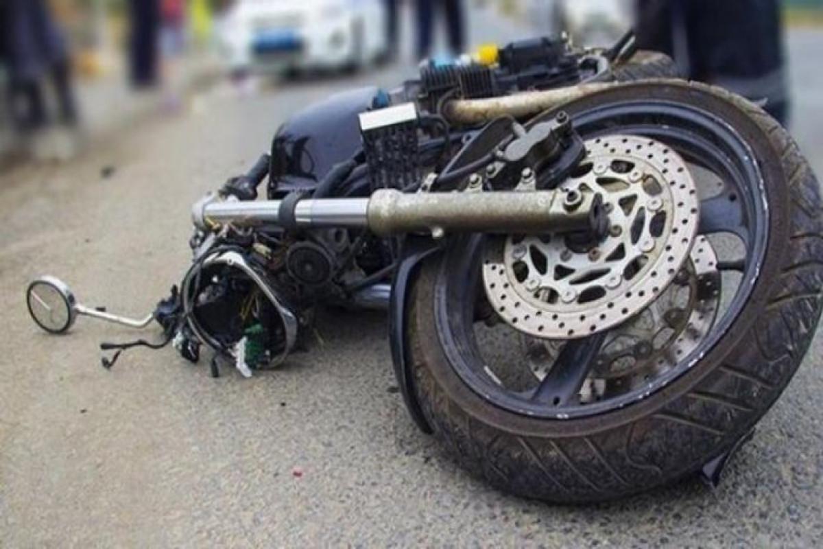 Qaxda motosiklet işıq dirəyinə cırpılıb, iki nəfər xəsarət alıb