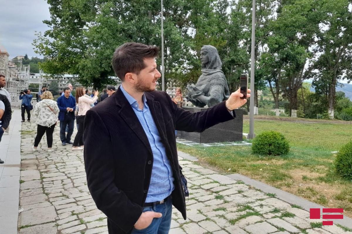 Иностранные дипломаты осмотрели в Шуше «обстрелянные памятники» Узеиру Гаджибейли, Натаван и Бюльбюлю