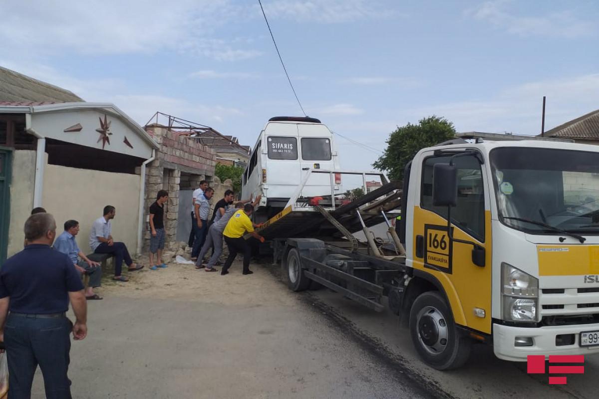В Ширване столкнулись микроавтобус и легковой автомобиль, пострадали 9 человек – ФОТО