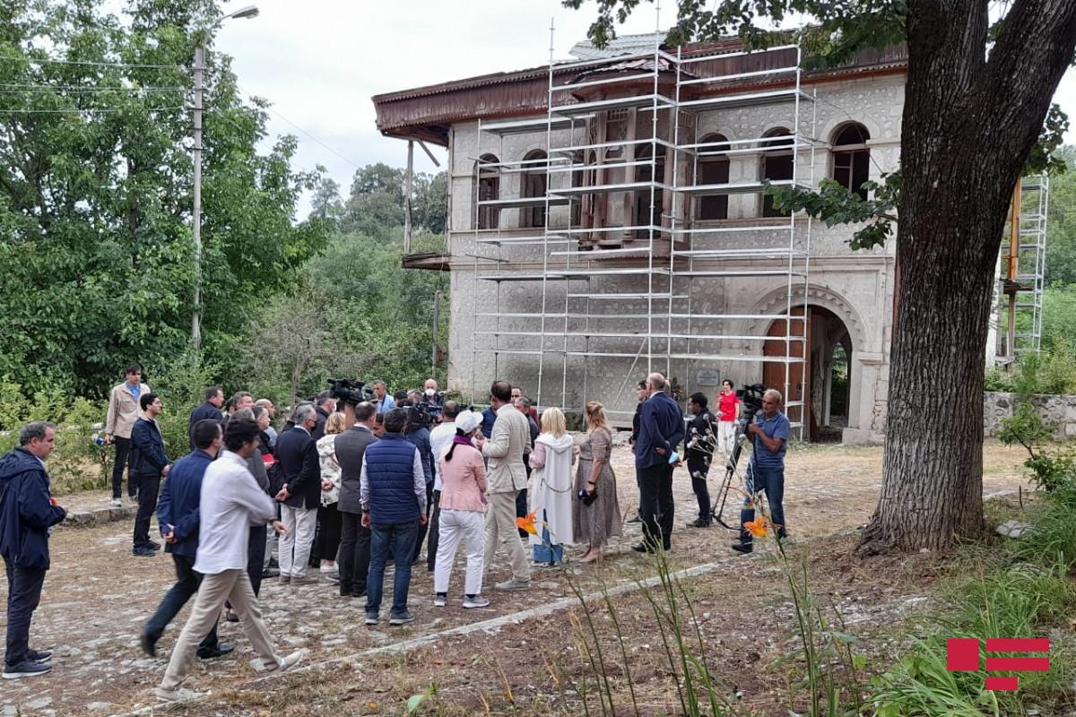 Xarici diplomatlar Şuşada Mehmandarovların malikanə kompleksinə baş çəkib - FOTO