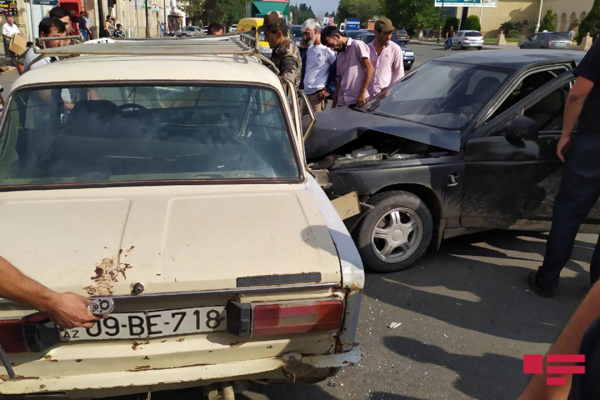 Gəncədə iki minik avtomobili toqquşub - FOTO