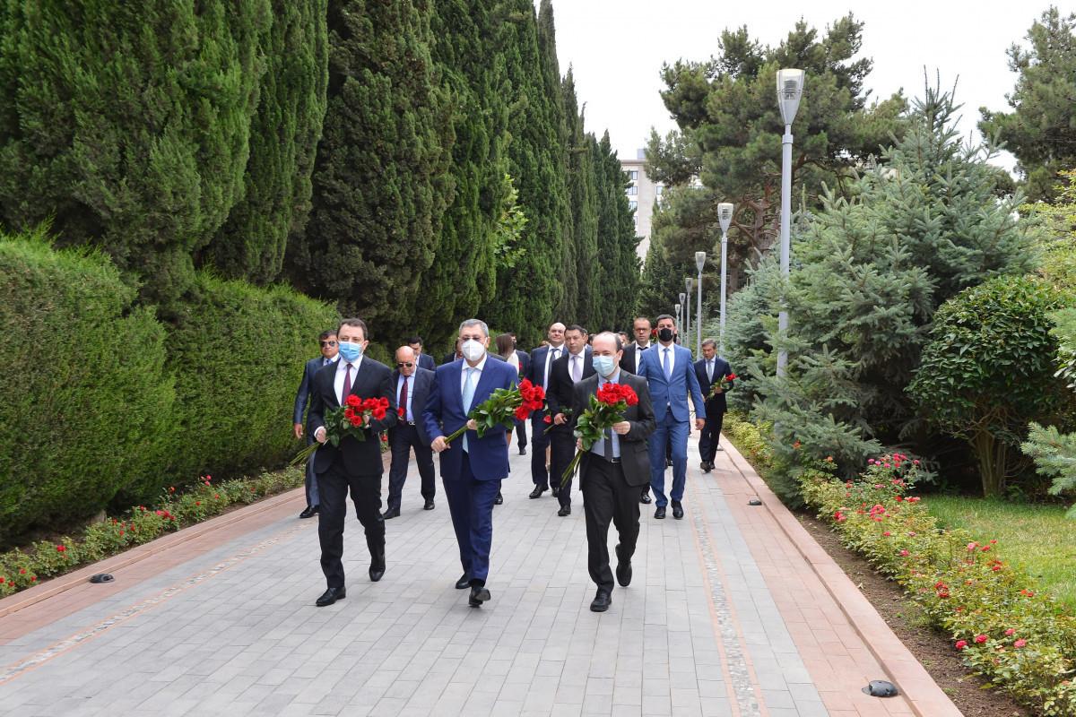 Руководство МИД посетило Аллею почетного захоронения и Аллею шехидов