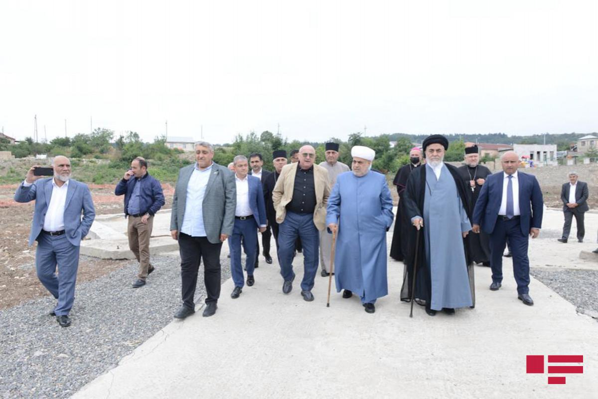 Dini konfessiyaların rəhbərləri Şuşada yeni tikiləcək məscidin ərazisinə baş çəkib