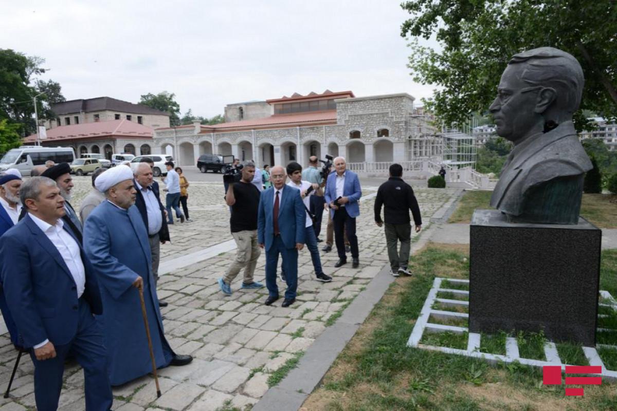 """Dini konfessiya rəhbərləri Şuşada Üzeyir Hacıbəyli, Bülbül və Natəvanın """"güllələnmiş heykəllər""""inə baxıb"""