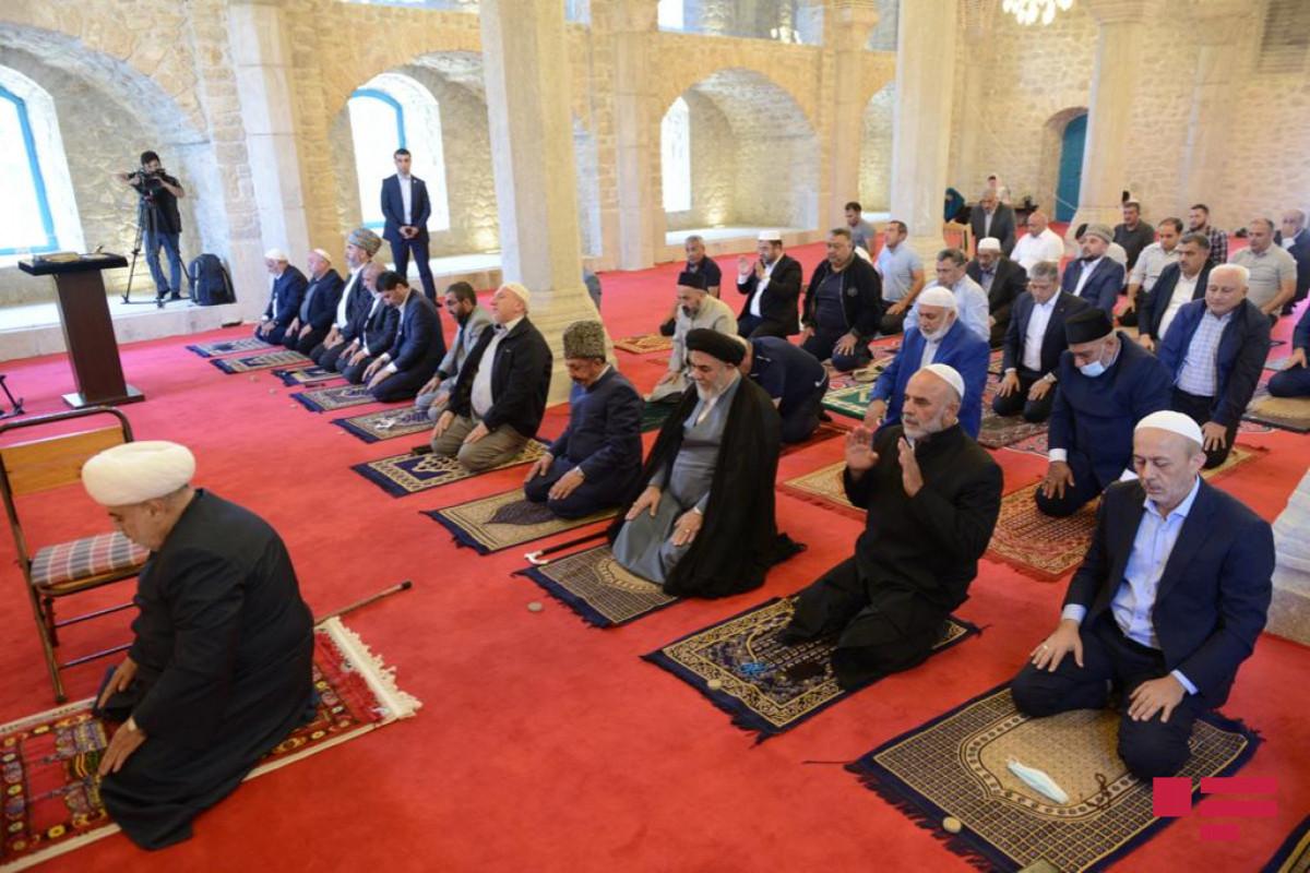 Din xadimləri Yuxarı Gövhər Ağa məscidində Quran oxuyub, camaat namazı qılıblar - FOTOLENT