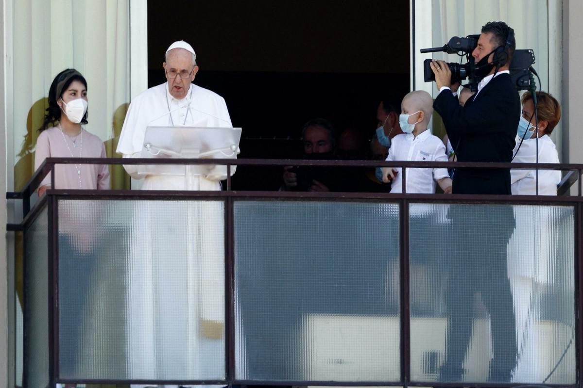 Roma Papası əməliyyatdan sonra ilk dəfə dindarların qarşısına çıxıb