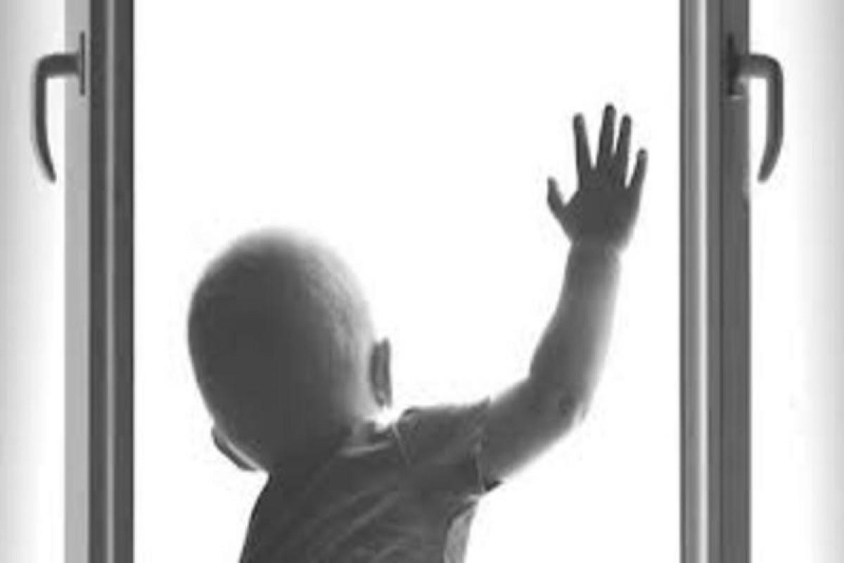 В Гяндже трехлетний мальчик выпал с третьего этажа