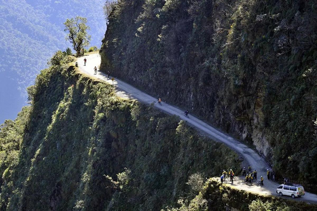 Boliviyada avtobus uçuruma düşüb, 31 nəfər ölüb